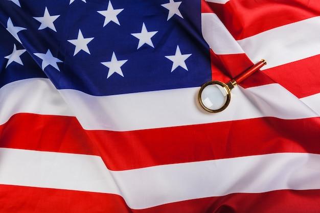 Bandeira dos eua e uma lupa Foto Premium
