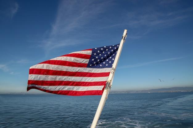 Bandeira dos eua no mar em san francisco Foto Premium