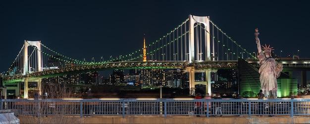 Bandeira, estátua, liberdade, arco íris, ponte, noturna, localizado, odaiba, tokyo, japão Foto Premium