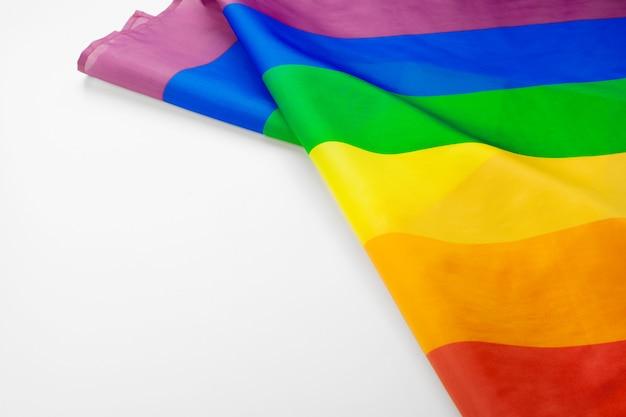 Bandeira gay de arco-íris no fundo branco close-up Foto Premium