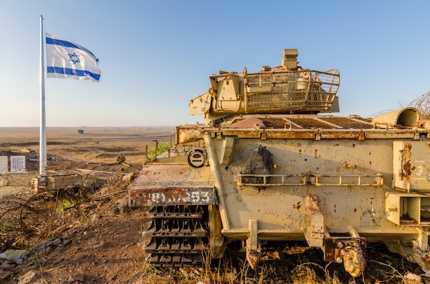 Bandeira israelense voando ao lado de um tanque centurion israelita descomissionado em israel Foto Premium