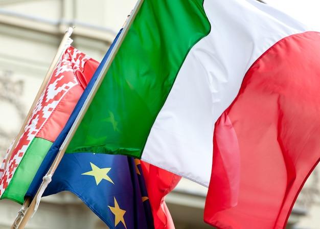 Bandeira italiana acenando Foto Premium