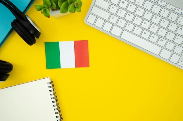 Bandeira italiana em fundo amarelo Foto gratuita