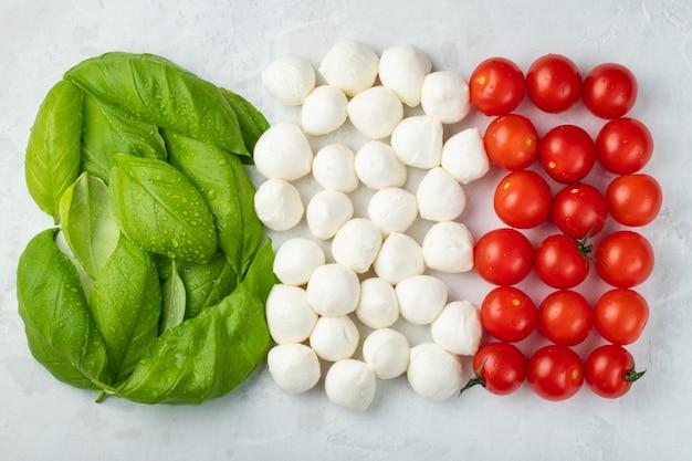 Bandeira italiana feita com tomate mussarela e manjericão Foto Premium