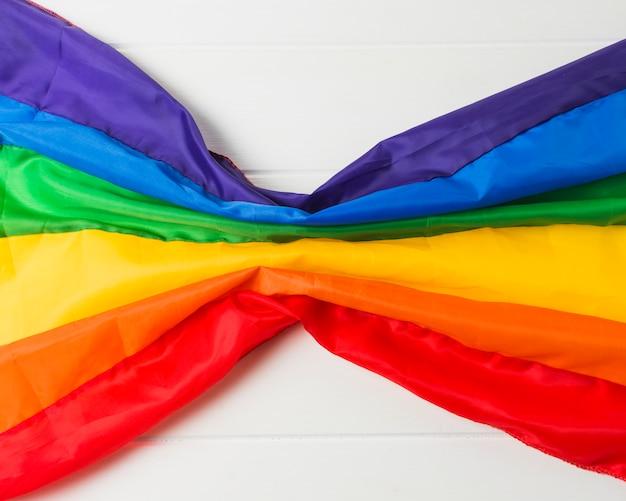 Bandeira lgbt amassada brilhante a bordo Foto gratuita