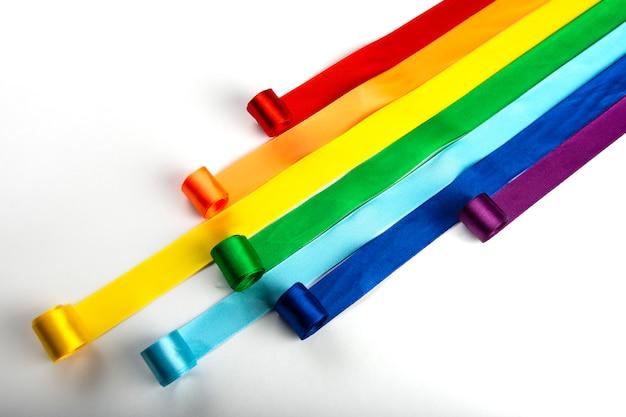 Bandeira lgbt, símbolo do arco-íris de minorias sexuais sob a forma de fitas de cetim. pare a homofobia Foto Premium