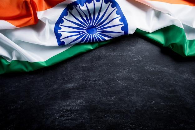 Bandeira nacional da índia no fundo do quadro-negro. dia da independência da índia. Foto Premium