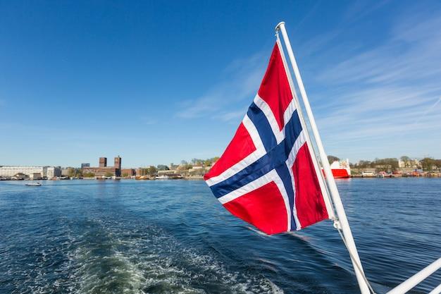 Bandeira norueguesa acenando em cocô de um barco em oslo Foto Premium