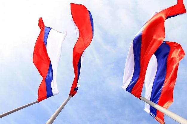 Bandeira russa no céu azul Foto Premium