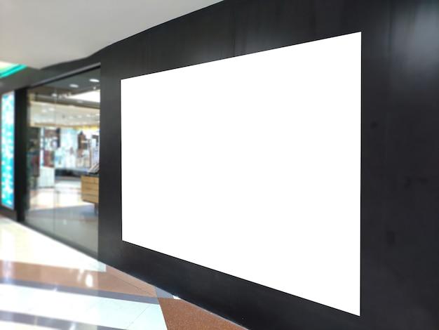 Bandeira vazia do cartaz na exposição da montra o quadro de avisos branco para o anúncio da promoção e a informação de propaganda do negócio zombam acima. Foto Premium