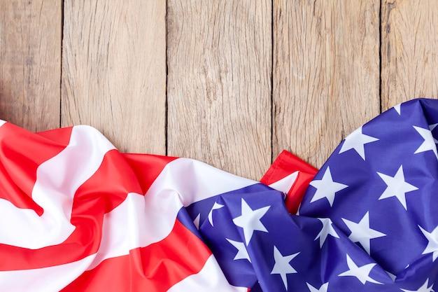 Bandeiras americanas na madeira velha para plano de fundo Foto Premium