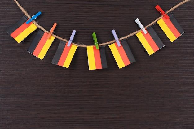 Bandeiras da alemanha no varal anexado com prendedores de roupa de madeira Foto Premium