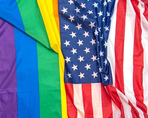 Bandeiras de tecido eua e arco-íris do orgulho gay como pano de fundo, imagem do conceito Foto Premium