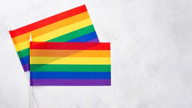 Bandeiras do arco-íris twon para o dia do orgulho Foto gratuita