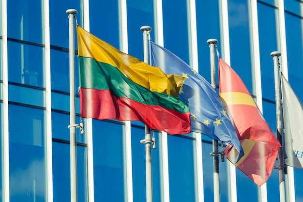 Bandeiras lituanas e do ue no distrito financeiro de vilnius Foto Premium