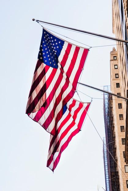 Bandeiras nacionais da américa na construção Foto gratuita