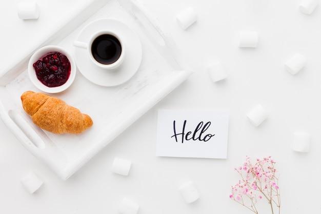 Bandeja com café da manhã e marshmallow Foto gratuita