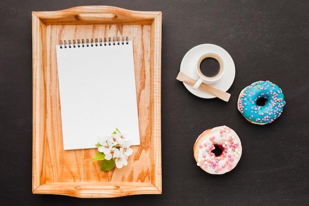 Bandeja com café da manhã e notebook na mesa Foto gratuita
