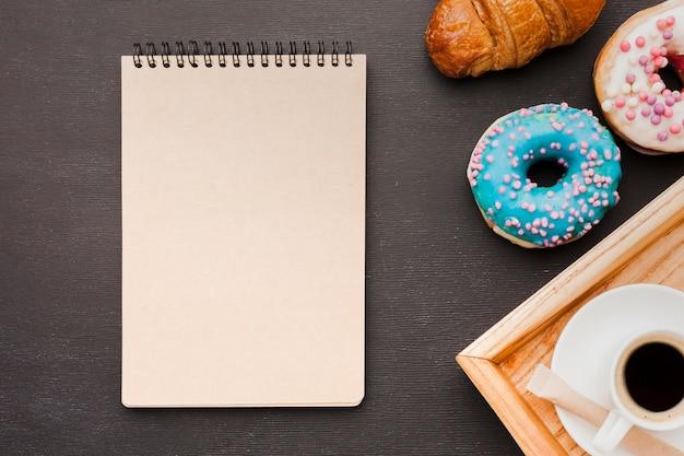 Bandeja com café da manhã e notebook Foto gratuita