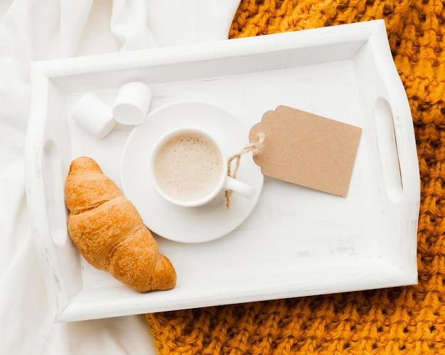 Bandeja com café da manhã na cama Foto gratuita