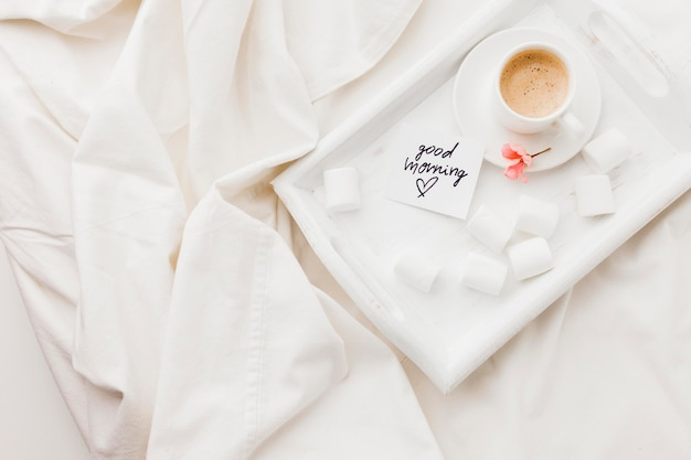Bandeja com café na cama Foto gratuita