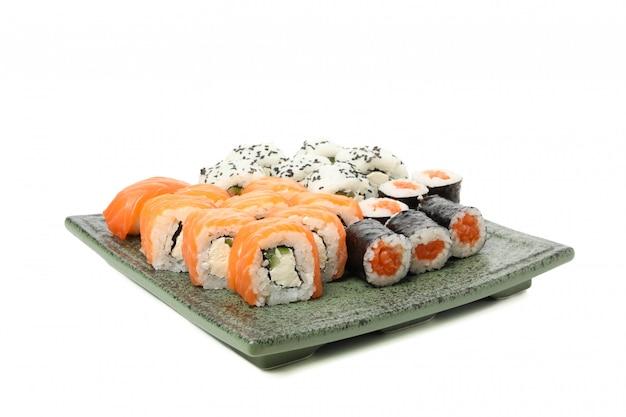 Bandeja com rolos de sushi delicioso isolado na superfície branca Foto Premium
