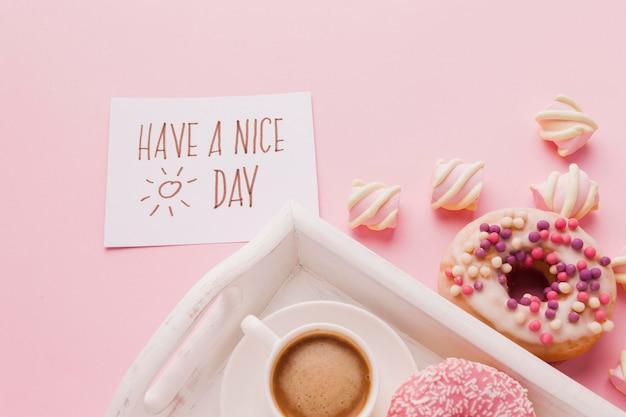 Bandeja com rosquinha no café da manhã e café Foto gratuita