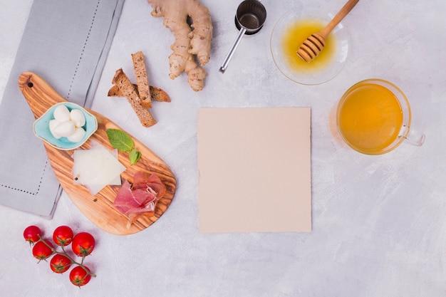 Bandeja de café da manhã com cartão em branco Foto gratuita