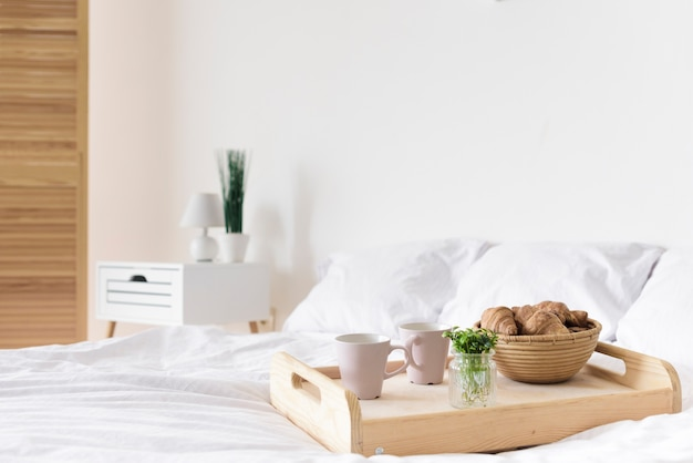 Bandeja de close-up com café da manhã na cama Foto gratuita