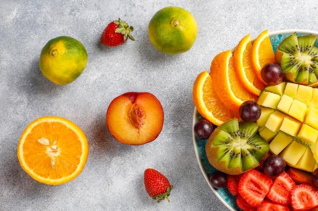 Bandeja de frutas e bagas, cozinha vegana. Foto gratuita