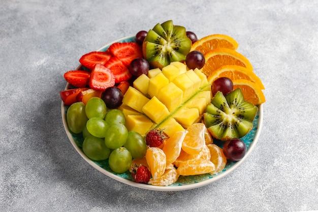 Bandeja de frutas e bagas Foto gratuita