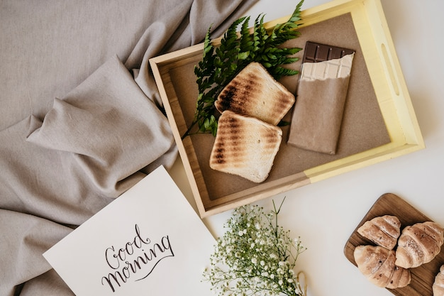 Bandeja de madeira com café da manhã e modelo Foto gratuita
