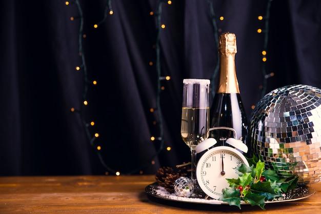 Bandeja de vista frontal com bebidas na mesa Foto gratuita