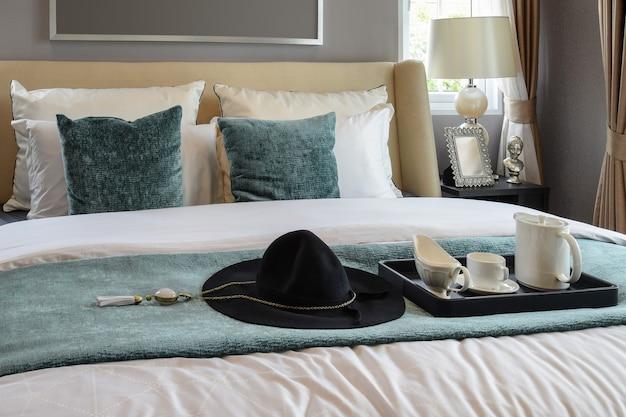 Bandeja preta de conjunto de chá no quarto de estilo clássico em casa Foto Premium
