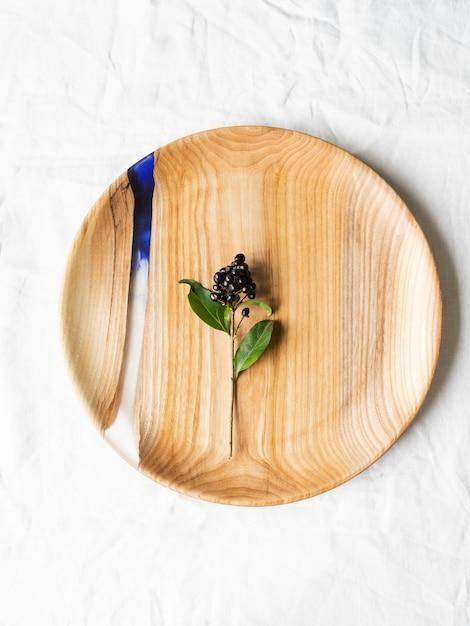 Bandeja redonda de madeira com inserção de resina azul Foto Premium