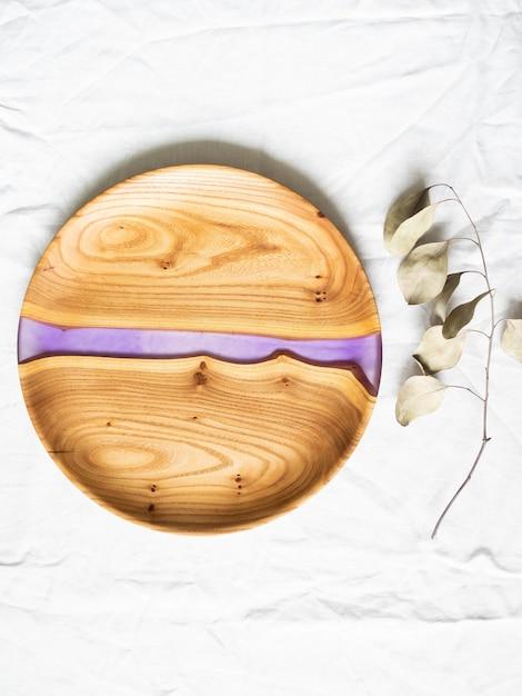 Bandeja redonda de madeira para artesanato com inserção de resina lilás Foto Premium