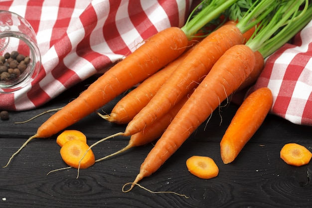 Bando de cenoura fresca em preto escuro Foto Premium