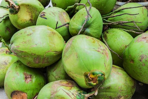 Bando de cocos verdes frescos Foto Premium