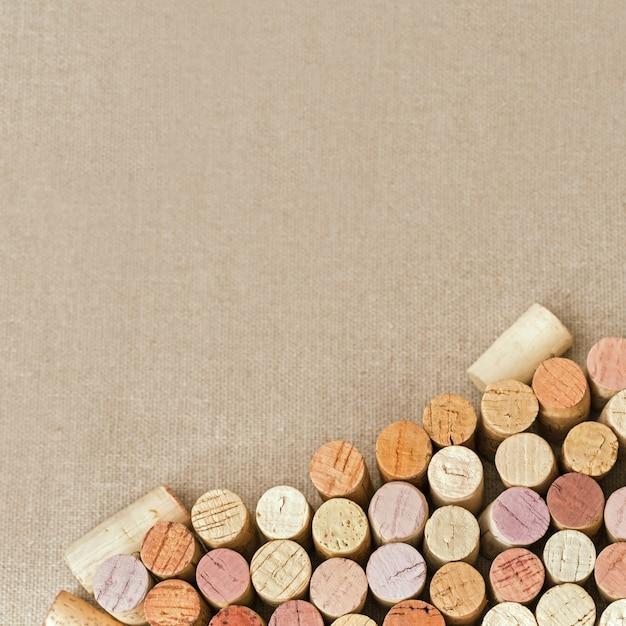 Bando de diferentes tampões de madeira de vinho tinto e branco em tecido de algodão natural Foto Premium