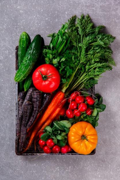 Bando de frescos cenouras coloridas com folhas verdes Foto Premium