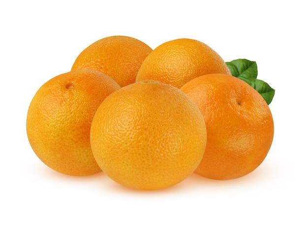 Bando de mandarinas maduras com folhas isoladas em um fundo branco Foto Premium
