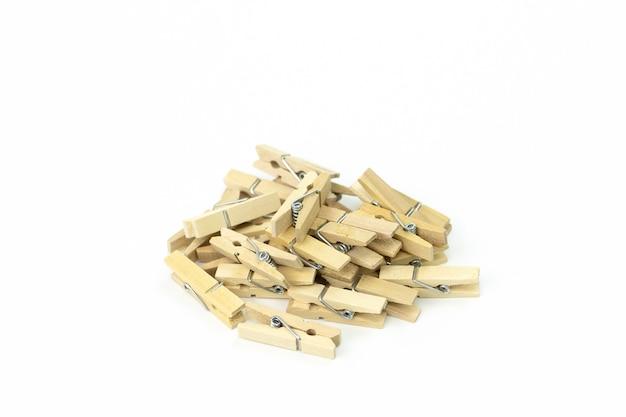 Bando de prendedores de roupa de madeira empilhados na bagunça na superfície branca Foto Premium