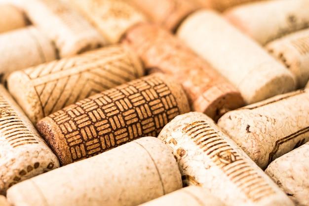 Bando de rolhas de vinho na mesa de madeira Foto Premium