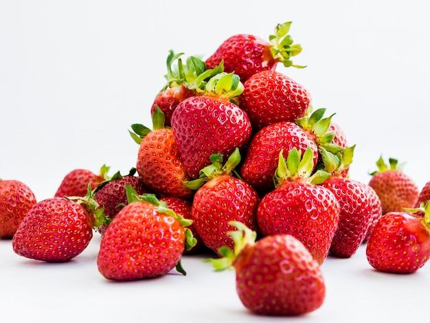 Bando de saborosos frutos na superfície branca Foto gratuita