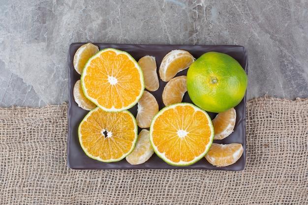 Bando de tangerina e segmentos na placa preta. Foto gratuita