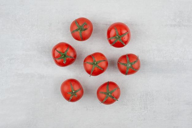 Bando de tomates vermelhos na superfície branca. Foto gratuita