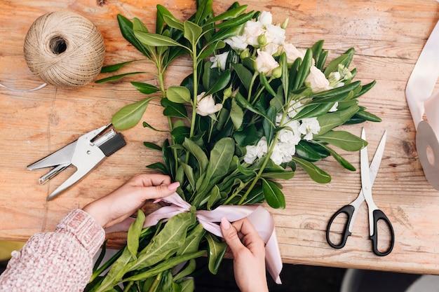 Bando de vista superior de flores com um arco Foto gratuita