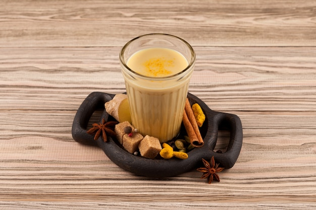 Bandrek - chá de gengibre indonésio de leite de coco ou leite condensado e várias especiarias. Foto Premium