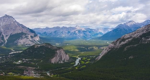 Banff, de cima, em, nublado, dia, verão, parque nacional banff, alberta, canadá Foto Premium