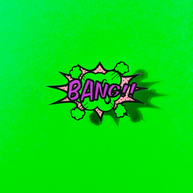 Bang texto no estilo de arte pop de bolha explosão contra o pano de fundo verde Foto gratuita